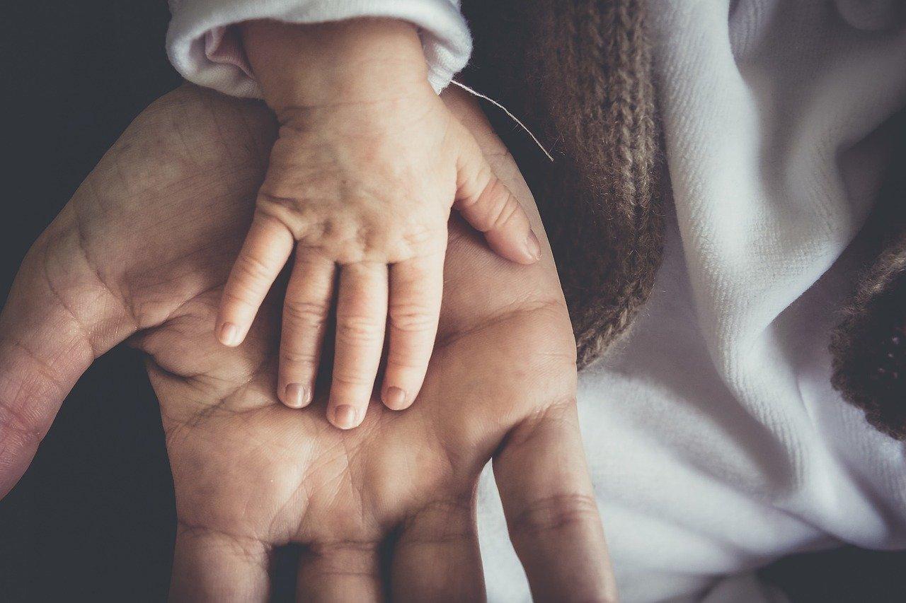 Żywiołowość dzieci potrafi czasem doprowadzić do nieszczęśliwego wypadku. Właśnie dlatego warto zastanowić się nad dodatkowym ubezpieczeniem dla swojej pociechy. Dla każdego rodzica najważniejsze jest bezpieczeństwo i zdrowie malucha. Aby zagwarantować mu odpowiednią pomoc warto pomyśleć o dodatkowym ubezpieczeniu. Jakie korzyści może ono przynieść? Ubezpieczenie od następstw nieszczęśliwych wypadków  Takie ubezpieczenie dla dziecka, jest w stanie pokryć koszty leczenia i hospitalizacji malucha. Nawet w skrajnie trudnych przypadkach. Assistance To całodobowa pomoc konsultantów na liniach telefonicznych. Dzięki takiemu ubezpieczeniu zyskamy szybką i sprawną informacje na temat medycznych placówek, lekarzy czy aptek. Ochrona rodzica Zazwyczaj ubezpieczenie dziecka gwarantuje jego zabezpieczenie w momencie śmierci, choroby czy trwałego kalectwa rodzica.  Gromadzenie kapitału Niektóre z ubezpieczeń posiadają dodatkowy punkt, mówiący o ustanowieniu celu. To właśnie za sprawą zdrowotnej polisy odkładana będzie część pieniędzy, pochodzących ze składki. Fundusze te mogą się okazać przydatne w dorosłym życiu i być wykorzystane na wesele, naukę, mieszkanie i inne wydatki. Gdzie szukać odpowiedniego ubezpieczenia dziecka? Ze względu na mnogość ofert na rynku pomocna może się okazać porównywarka ubezpieczeń. Stworzy dla nas zestawienie najtańszych i najkorzystniejszych opcji - zarówno dla dziecka, jak i dla rodzica!